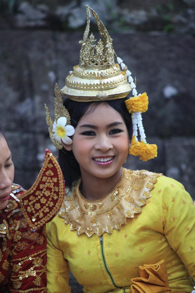 Eine Schönheit in Angor Wat - freut sich, wenn es nicht zu heiß ist!