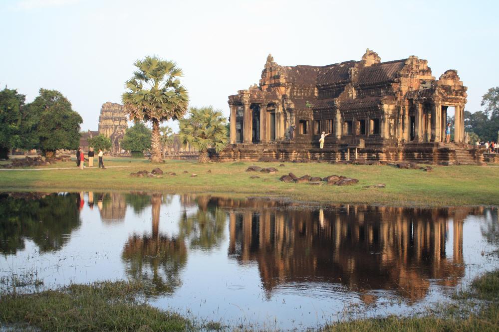Ein Nebentempel von Angkorwat mit einem Wasserbecken - hier in der besten Jahreszeit für einen Besuch im Dezember.