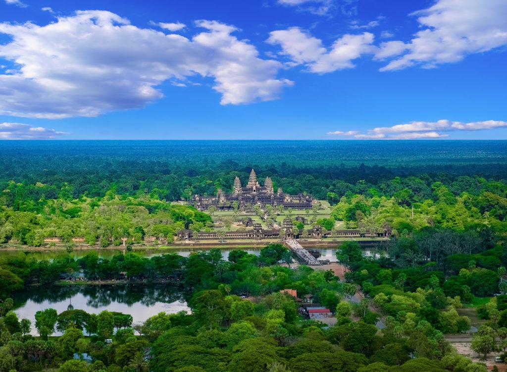 Luftbild von Angkor Wat - schön zu sehen der Wassergraben, der Weg zum Tempel und die fünf Türmen der einzelnen Terrassen.