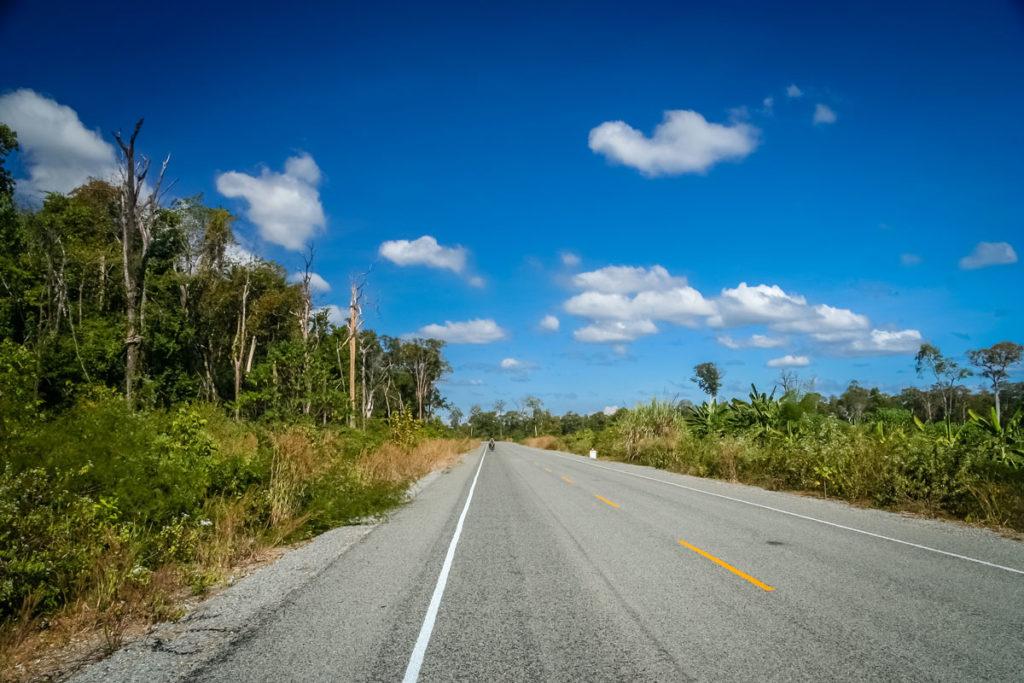 Eine der besseren Straßen in Kambodscha.