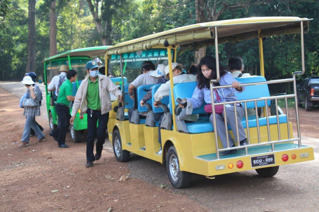Reisegruppen aus Asien nehmen meistens solche kleinen Bussen, die organisiert von den Reiseveranstaltern gebucht werden.