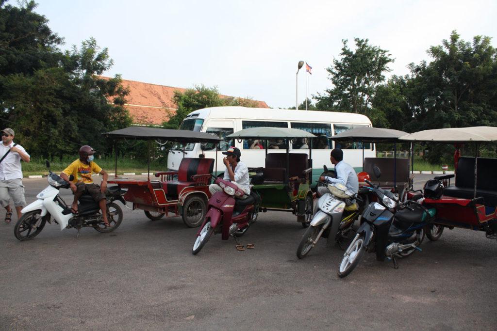 Die Tuk Tuk Fahrer warten auf ihre Kunden bei einer Tagestour.