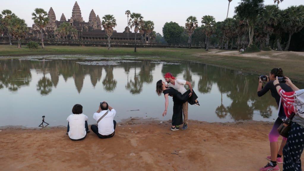 Sonnenuntergang vor Angkor Wat mit Mond - nur ein paar Touristen schießen Fotos für Instagram oder Facebook.