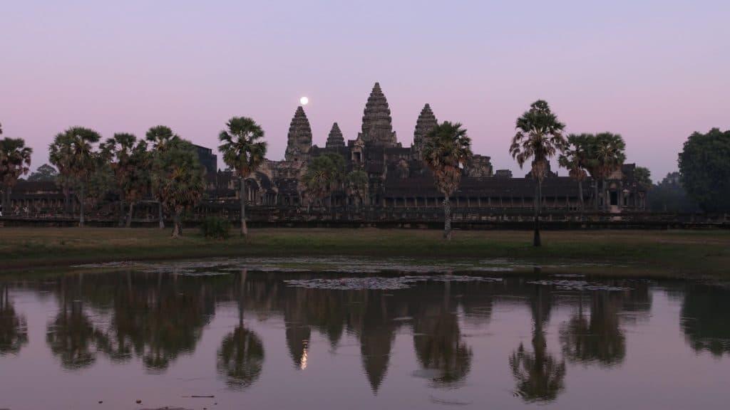 Sonnenuntergang mit Vollmond direkt vor Angkor Wat um ca. 17:30 Uhr
