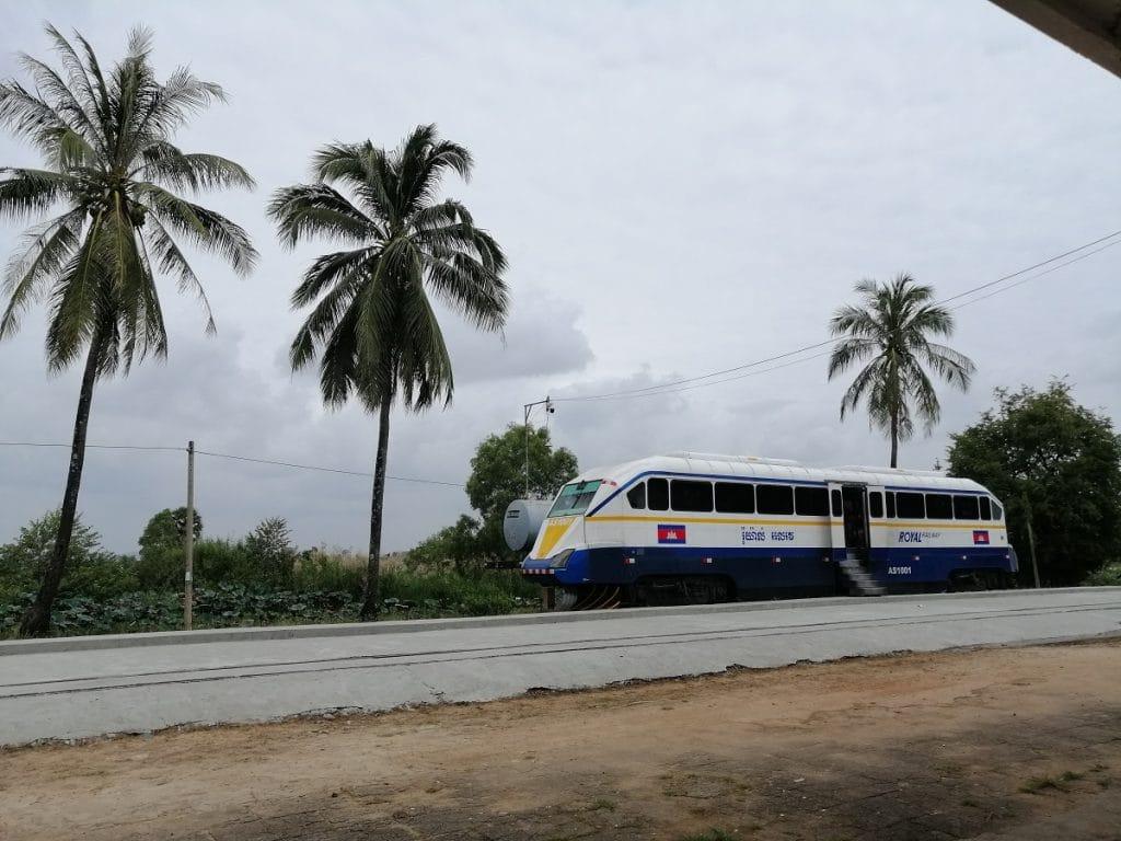 Ein Zug der Cambodia Railways verbindet die Strecke von Phnom Penh nach Sihanoukville. Einer der wenigen Stopps befindet sich in Kampot.