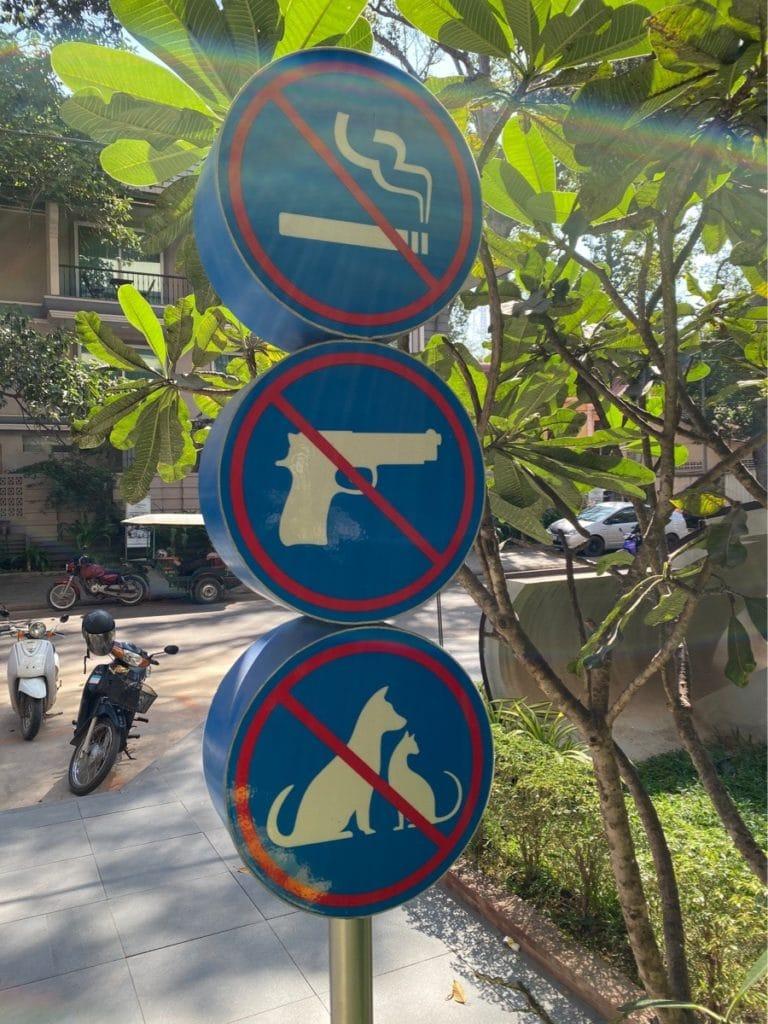 Sicherheit in Siem Reap - Waffen sind genauso wie Rauchen und Haustiere in der Shopping Mall verboten.
