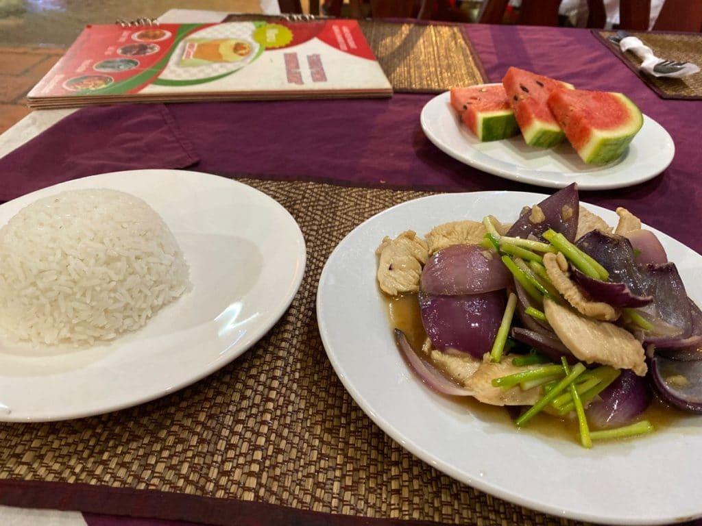 Typisches asiatisches Essen: Chicken-Zwiebeln mit Steamed Reis.