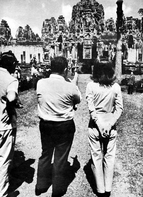 Jackie Kennedy vor dem Bayon Tempel 1967 in Kambodscha. Der französische Archäologe Bernard Philippe Groslier, Kurator und Konservator von Angkor Wat erklärt ihr den Aufbau der Tempel.