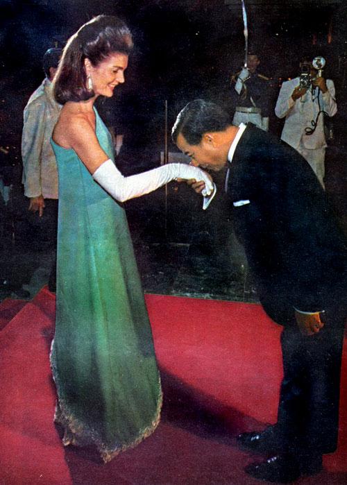 JAckie Kennedy trifft den Prinzen Sihanouk 1967 in Angkor Wat.