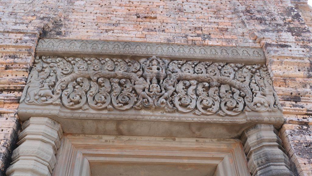 Gut erhaltene Sandsteinstürze mit exquisiten Schnitzereien.