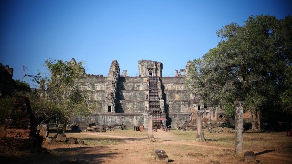 Der Phnom Bakheng Tempel vom Osten her gesehen.