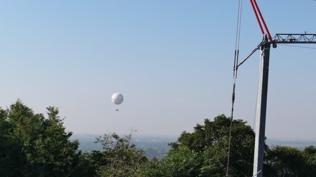 Im Westen kann man den Angkor Ballon auf fast derselben Höhe erkennen!