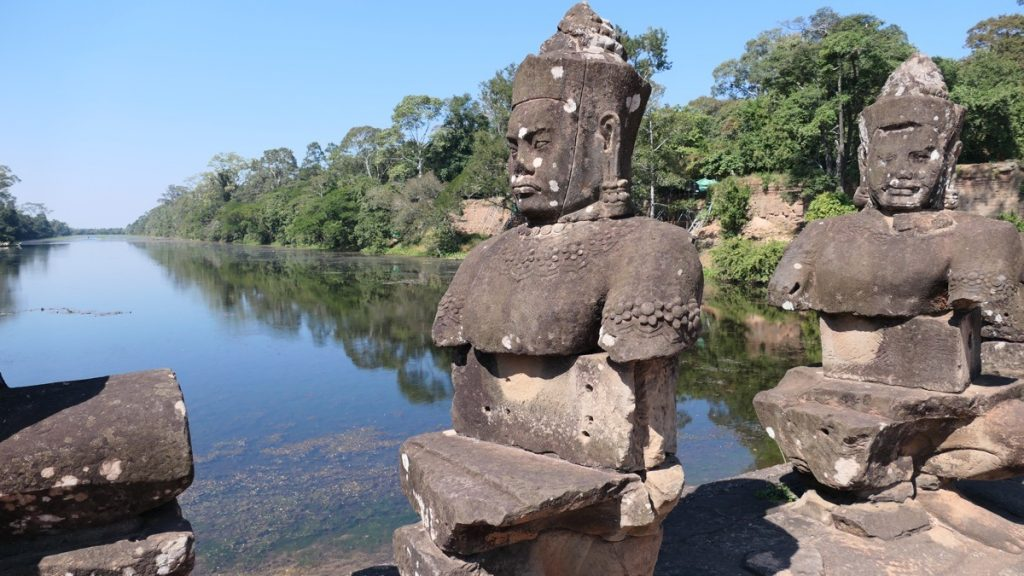 Das Südtor von Angkor Thom mit einem Dämon und dem Wasserbecken.